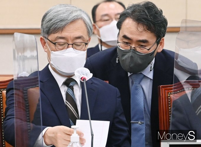 [머니S포토] 국회 법사위, 자료 전달받는 최재형 감사원장