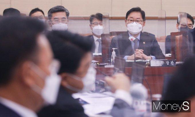 [머니S포토] 질의 답변하는 박범계 법무 장관