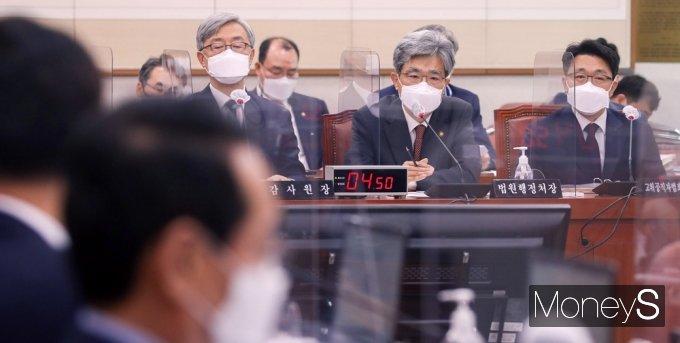 [머니S포토] 질의 답변하는 김상환 법원행정처장