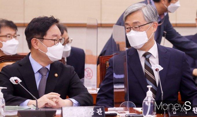 [머니S포토] 국회 법사위, 대화 나누는 박범계-최재형
