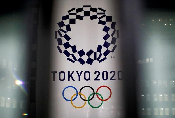 일본 정부가 도쿄올림픽에서 관중을 수용해 경기를 치를 것이란 방침을 내놓자 방역 전문가들이 우려를 표하고 나섰다. 사진은 도쿄 시내의 올림픽 광고. /사진=로이터