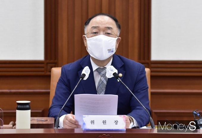 [머니S포토] 공공기관운영위 주재하는 홍남기 위원장