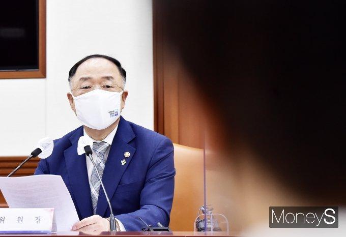 [머니S포토] 제7차 공공기관운영위, 위원들 바라보는 '홍남기'