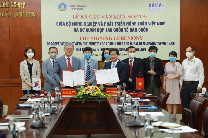 (앞줄 왼쪽) 조한덕 코이카 베트남 사무소장, (앞줄 오른쪽) 레 �O 조아인(Le Quoc Doanh) 베트남 농업농촌개발부 차관 /사진=코이카