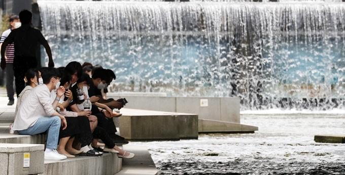 토요일(19일)은 전국이 맑고 30도 안팎의 한여름 날씨일 전망이다. 사진은 지난 14일 서울 중구 청계천 모전교 아래에서 휴식을 취하는 시민 모습. /사진=뉴스1