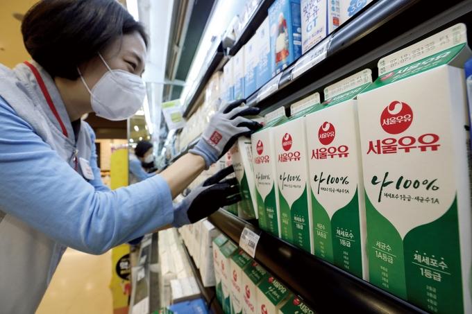 서울의 한 대형마트에 우유가 진열돼 있다. /사진제공=뉴시스