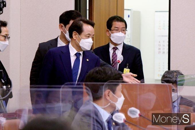 [머니S포토] 국회 국토위 출석한 임택 동구청장과 권순호 HDC 현산 대표