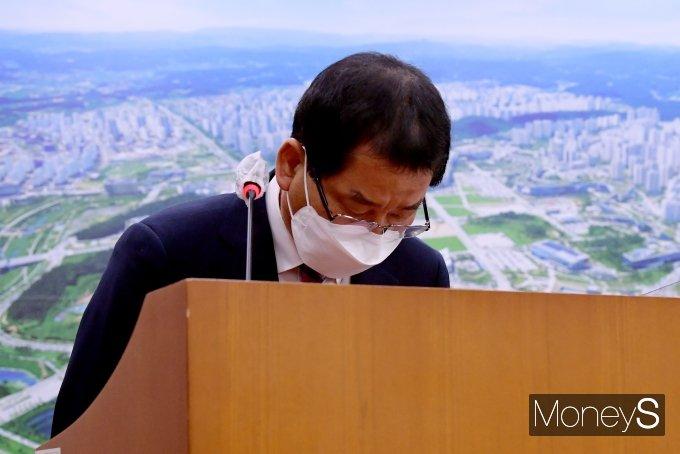 [머니S포토] 광주 건물붕괴 사건 피해자를 향해 고개 숙인 권순호