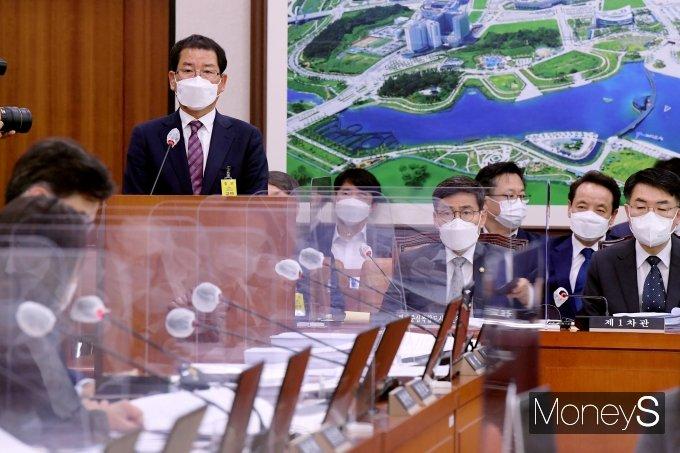 [머니S포토] 의원 질의 답변하는 권순호 HDC 대표