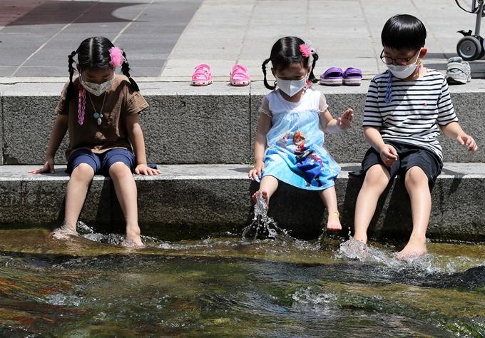 토요일(19일)은 전국이 맑고 30도 안팎의 한여름 날씨를 보인다. 사진은 지난 12일 서울 중구 청계천에서 물장구를 치며 더위를 피하는 어린이 모습. /사진=뉴스1
