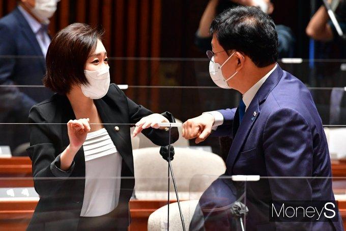 [머니S포토] 정책 의원총회서 대화하는 송영길·유정주