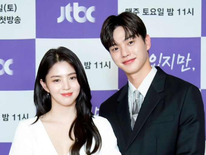 JTBC 새 토요드라마 '알고있지만,'이 오는 19일 첫 방송된다. 사진은 배우 한소희(왼쪽)와 송강이 18일 오후 온라인으로 진행된 '알고있지만,' 제작발표회에 참석한 모습. /사진=JTBC 제공