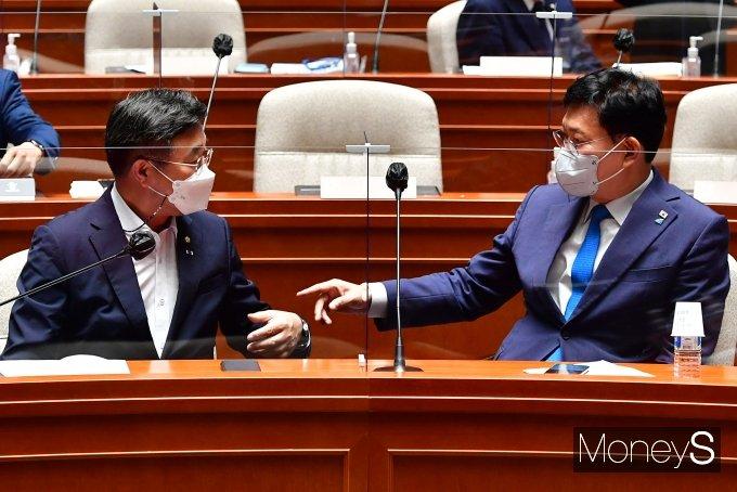 [머니S포토] 의원총회서 대화하는 송영길·윤호중
