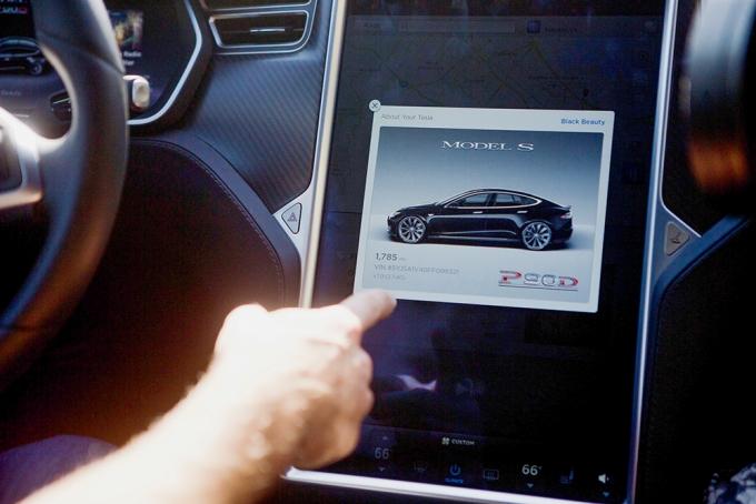 현재 여러 자동차회사가 내비게이션을 비롯한 간단한 소프트웨어를 무선으로 업데이트할 수 있는 기능을 제공하고 있다. 사진은 테슬라 소프트웨어 업데이트 /사진=로이터