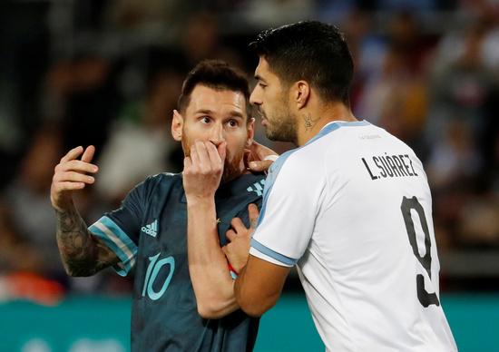 지난 2019년 11월19일 오전(한국시각) 이스라엘에서 열린 아르헨티나와 우루과이의 평가전에서 아르헨티나 공격수 리오넬 메시(왼쪽)가 우루과이 공격수 루이스 수아레스가 대화를 나누고 있다. /사진=로이터