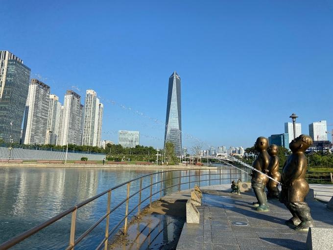 인천 송도국제도시 센트럴파크에 설치된 '오줌싸개' 동상이 적절성 논란에 휩싸였다. 사진은 오줌싸개 동상의 모습. /사진=뉴스1(올댓송도 제공)