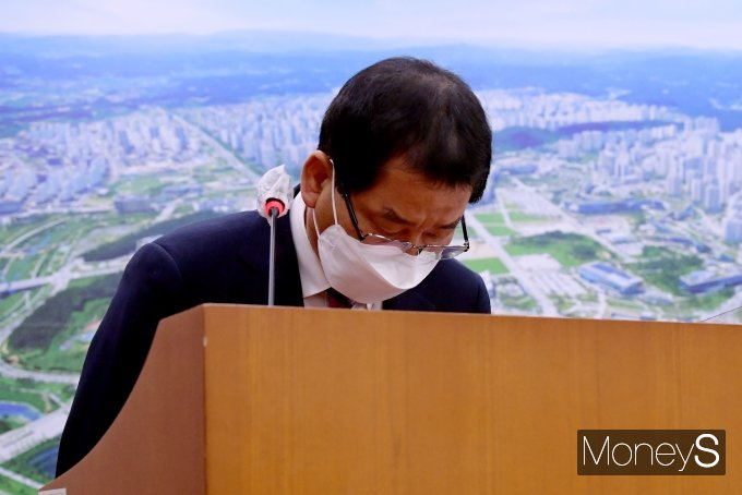 권순호 HDC현대산업개발 대표가 18일 오후 서울 여의도 국회에서 열린 국토교통위원회 전체회의에 출석해 광주 건물붕괴 사건 피해자를 향해 고개를 숙이고 있다. /사진=장동규 기자