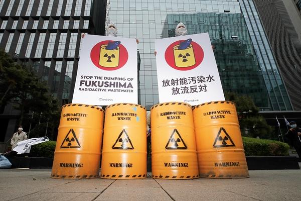 서울 종로구 옛 일본대사관 앞에서 환경운동연합 회원들이 후쿠시마 오염수 방류 결정 철회를 요구하며 퍼포먼스를 하고 있다. /사진=뉴스1