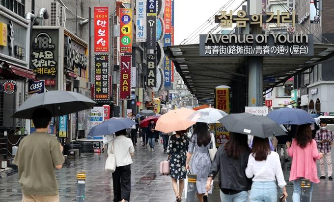 거리두기 개편안 공개… '12시 영업·8인 모임' 가능할까