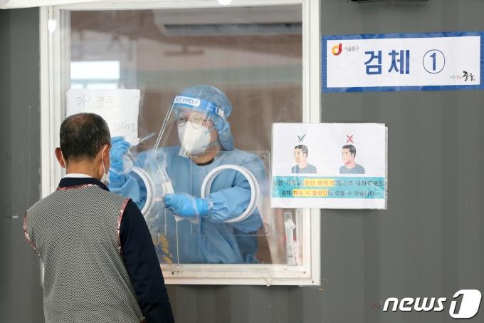 17일 오전 서울 중구 서울역광장에 마련된 코로나19 임시선별진료소에서 시민이 검사를 받고 있다. /뉴스1 © News1 황기선 기자