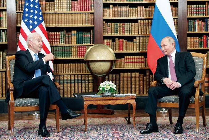 지난 16일(현지시각) 스위스 제네바에서 조 바이든 미국 대통령과 블라디미르 푸틴 러시아 대통령이 정상회담을 갖는 모습. /사진=로이터