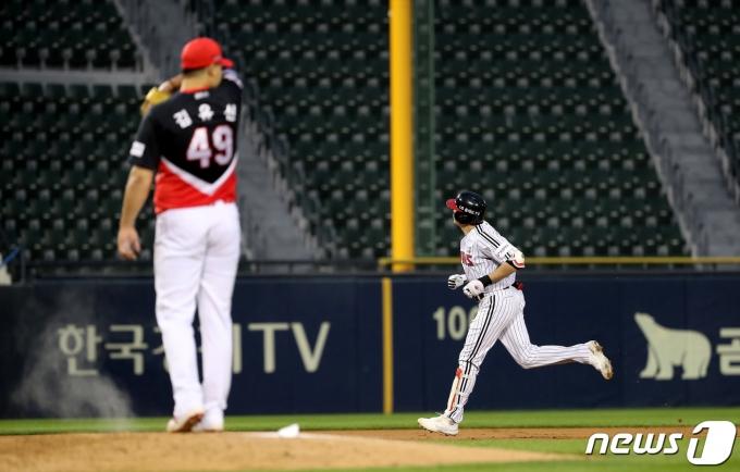 [사진] 이형종, 김유신 상대로 두번째 홈런