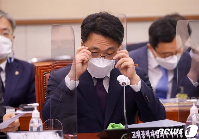 김진욱 고위공직자범죄수사처장이 18일 오전 서울 여의도 국회에서 열린 법제사법위원회 전체회의에서 안경을 고쳐쓰고 있다. 2021.6.18/뉴스1 © News1 구윤성 기자