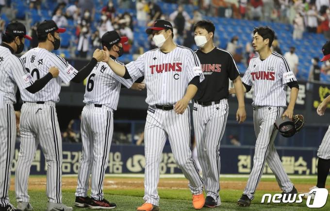 [사진] 승리의 기쁨 나누는 류지현 감독