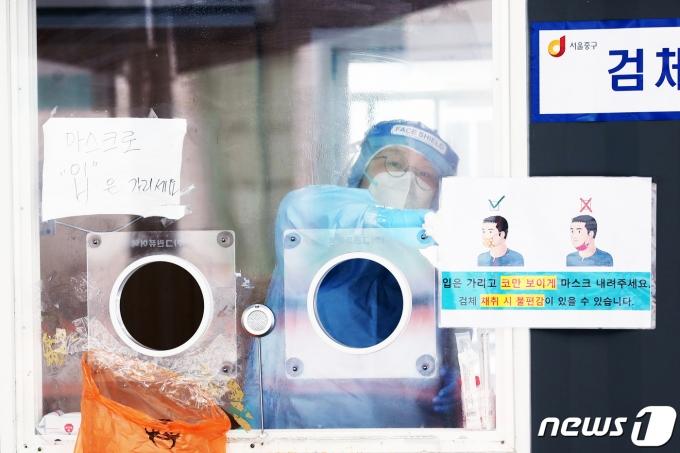 17일 오전 서울 중구 서울역광장에 마련된 코로나19 임시선별진료소에서 의료진이 검사준비를 하고 있다./뉴스1 © News1 황기선 기자