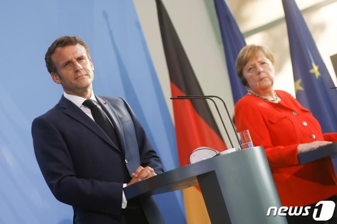 앙겔라 메르켈 독일 총리(오른쪽)와 에마뉘엘 마크롱 대통령이 18일(현지시간) 독일 베를린에서 공동기자회견을 하고 있다. © 로이터=뉴스1