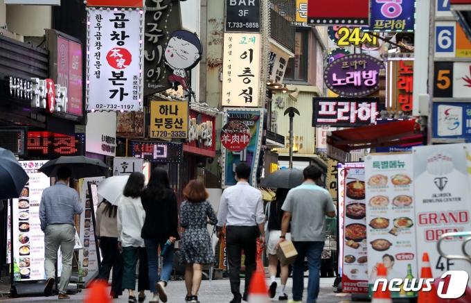 다음 달 초부터 시행될 '사회적 거리두기' 개편안의 최종 발표를 앞둔 지난 18일 오후 서울 종각역 인근에서 시민들이 점심식사를 위해 이동하고 있다./뉴스1 © News1 박지혜 기자