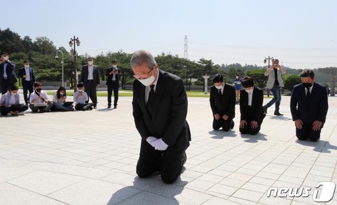 김종인 미래통합당 비상대책위원장이 지난해 8월19일 오전 광주 북구 국립5·18민주묘지에서 무릎 꿇고 참배하고 있다. © News1 한산 기자