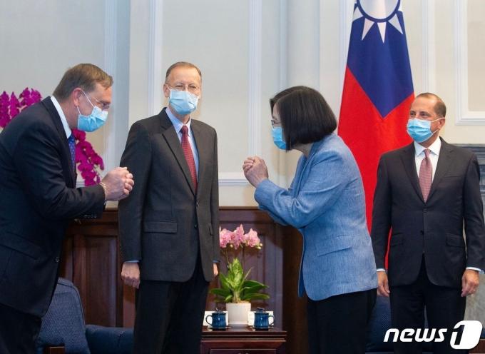 차이잉원 대만 총통이 지난해 9월 타이베이 총통궁에서 알렉스 아자르 미국 보건복지 장관과 함께 방문한 미국 관리와 합장인사를 하고 있다. © AFP=뉴스1 © News1 우동명 기자
