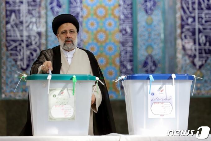 세예드 에브라힘 라이시 이란 대선 후보가 18일(현지시간) 투표를 하고 있다. © 로이터=뉴스1