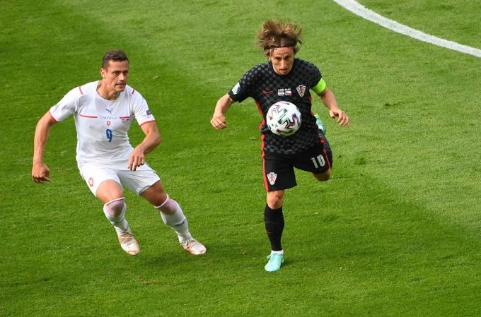 크로아티아와 체코가 유로 2020 조별리그 경기에서 1-1 무승부를 기록했다. 사진은 경기 중 경합을 벌이는 체코 수비스 토마스 홀시(왼쪽)와 크로아티아 미드필더 루카 모드리치. /사진=로이터