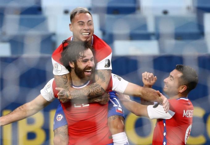 2021 코파 아메리카에서 칠레가 볼리비아를 꺾고 첫 승을 신고했다. 사진은 칠레 공격수 벤 브레레턴(앞쪽)이 골을 넣고 동료 선수와 기뻐하는 모습. /사진=로이터