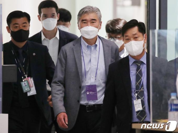 성 김 미국 국무부 대북정책특별대표(가운데)가 19일 오전 인천국제공항을 통해 입국하고 있다. 2021.6.19/뉴스1 © News1 송원영 기자