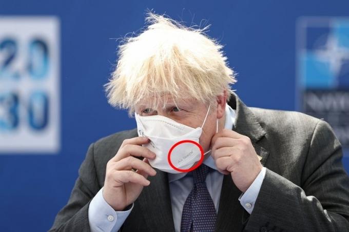 영국 콘월에서 개최된 주요 7개국(G7) 정상회의에 참석한 보리스 존슨 영국 총리가 한국 기업에서 생산한 마스크를 착용해 화제다. © 로이터=뉴스1