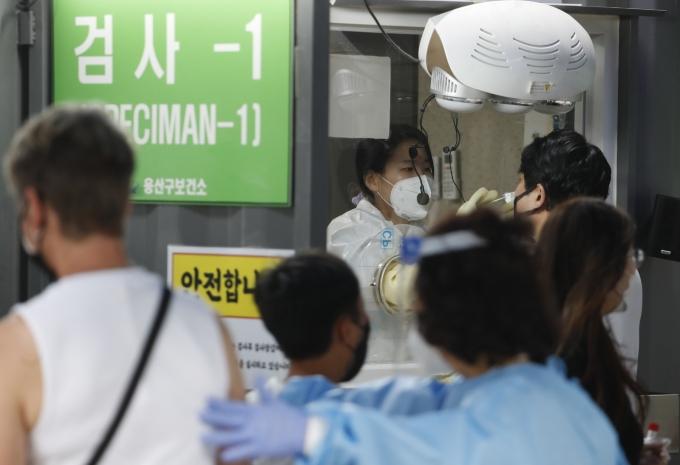 코로나19 신규 확진자가 19일 0시 기준 482명으로 집계됐다. 사진은 지난 15일 서울 용산구보건소 코로나19 선별진료소에서 시민들이 검사를 받는 모습. /사진=뉴시스 김형수 기자