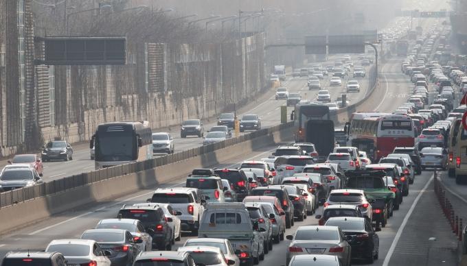 토요일 전국 고속도로가 나들이 차량이 올려 북적일 전망이다. 사진은 경부고속도로 잠원 나들목 인근 모습. /사진=뉴시스