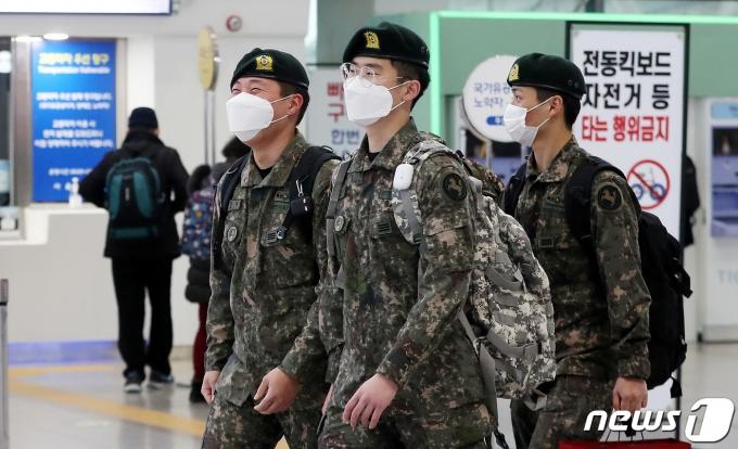 마스크를 착용한 군 장병들. 2021.2.15/뉴스1 © News1 박지혜 기자
