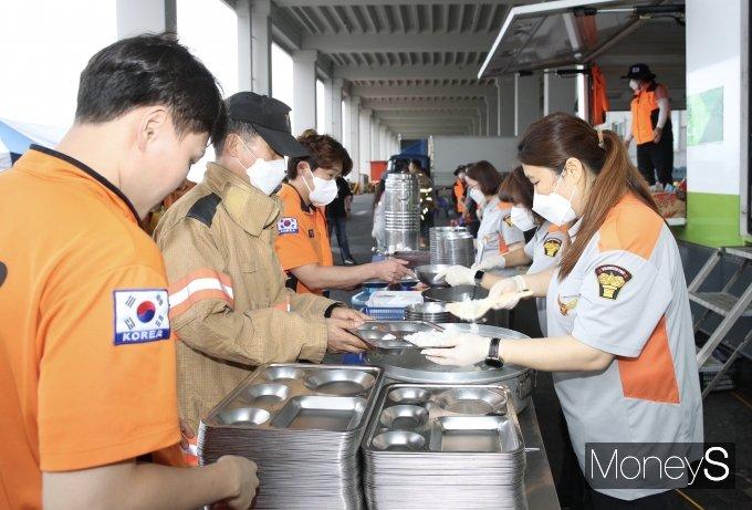[머니S포토] 이천시 의용소방대, 쿠팡 물류창고 화재 진압 소방대원에 식사 제공