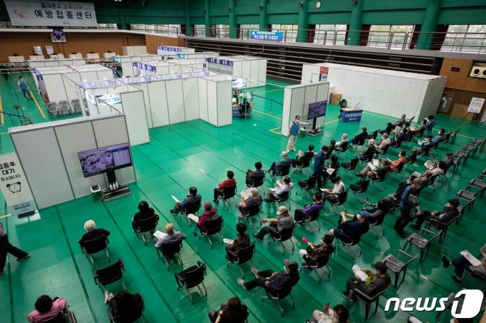 (사진은 기사 내용과 무관함) 서울 동대문구 체육관에 마련된 코로나19 예방접종센터. 2021.6.3/뉴스1 © News1 유승관 기자