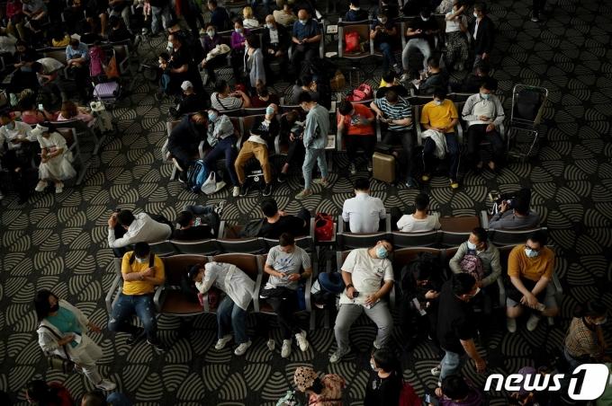 중국 베이징 다싱국제공항에서 항공편을 기다리는 승객들 <자료사진> © AFP=뉴스1