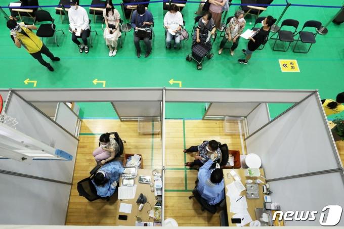 17일 오전 서울 노원구민체육센터에 마련된 코로나19 예방접종센터에서 시민들이 백신 접종을 받고 있다. 2021.6.17/뉴스1 © News1 조태형 기자