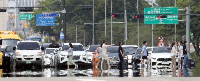 일요일은 전국이 맑고 덥지만 강원 일부 지역은 비가 내린다. 사진은 최근 서울 여의대로 일대에 무더위로 아지랑이가 피어오른 모습. /사진=뉴시스 전진환 기자