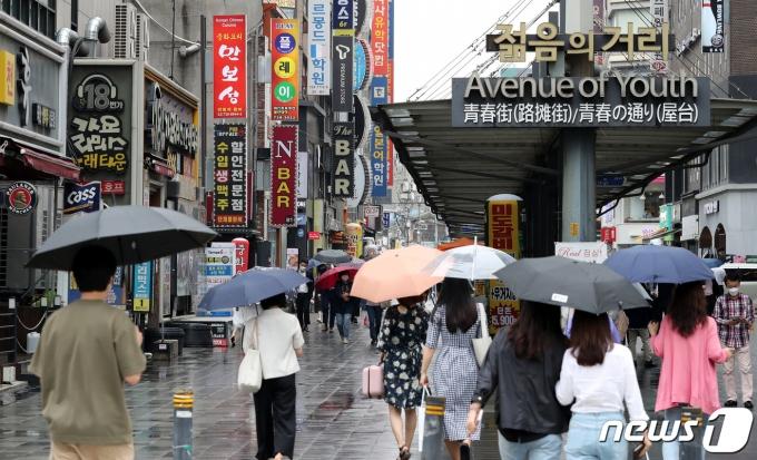 18일 오후 서울 종각역 인근에서 시민들이 점심식사를 위해 이동하고 있다. =2021.6.18/뉴스1 © News1 박지혜 기자