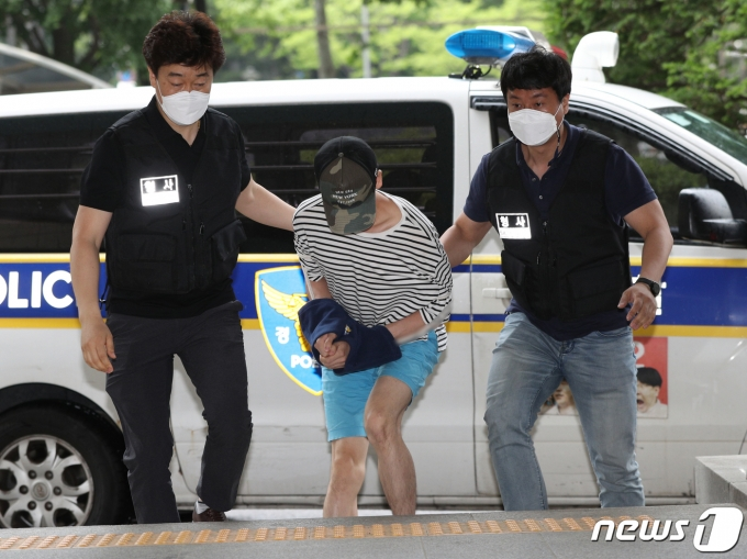 마포 오피스텔에서 친구를 숨지게 한 혐의를 받는 20대 남성 A씨 2021.6.15/뉴스1 © News1 신웅수 기자