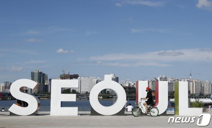 서울 낮 기온이 30도 안팎에 이르는 등 무더운 날씨를 보인 16일 서울 여의도 한강시민공원에서 한 시민이 자전거를 타고 있다.. 2021.6.16/뉴스1 © News1 권현진 기자