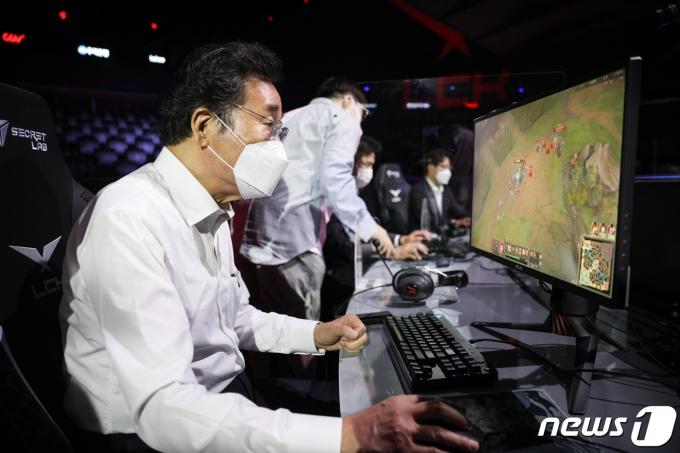 이낙연 전 더불어민주당 대표가 14일 서울 종로구 '롤파크'에서 리그오브레전드 게임을 체험하고 있다. © 뉴스1